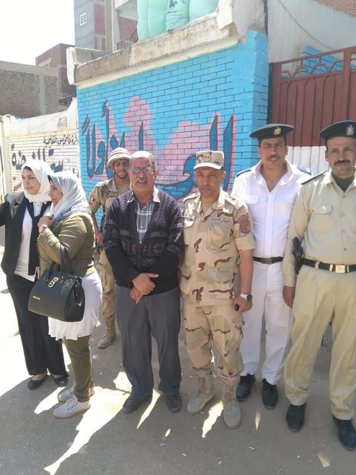 الجيش يساعد كبار السن في الاستفتاء علي التعديلات الدستورية بفاقوس
