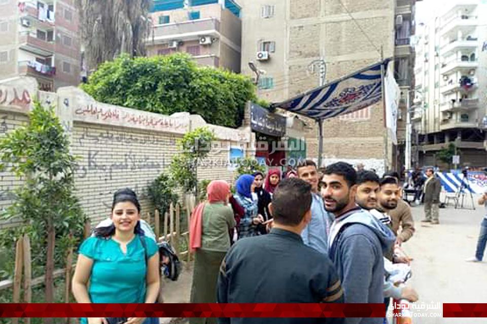 توافد الناخبين للادلاء بأصواتهم في الاستفتاء بمدرسة طلبة عويضة بالزقازيق