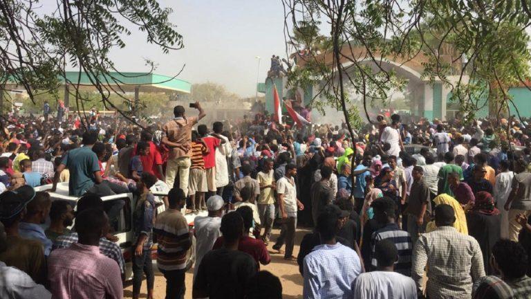 تطورات الوضع في السودان وتوافد المتظاهرين