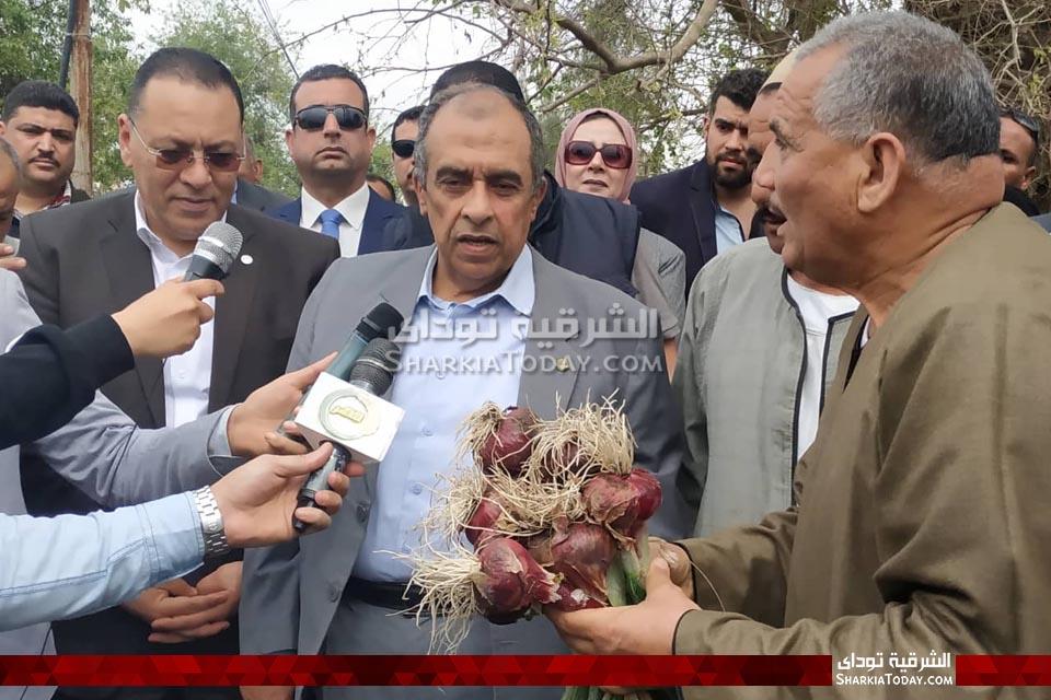 وزير الزراعة يتفقد زراعات الشرقية