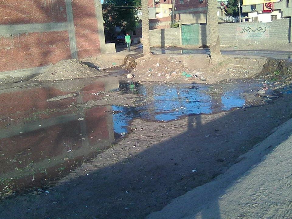 شوارع قرية الطويلة بفاقوس تغرق في مياه الصرف الصحي
