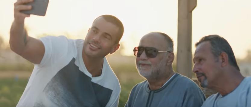 عمرو دياب مع أسرته