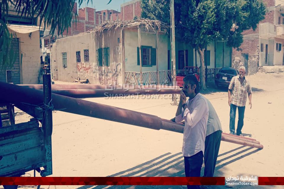 رئيس شبكة كهرباء الصوة أثناء تدعيم القرى بالأعمدة