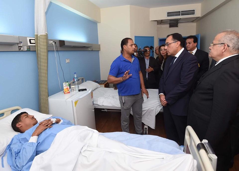رئيس الوزراء يزور مصابي حادث المنيل
