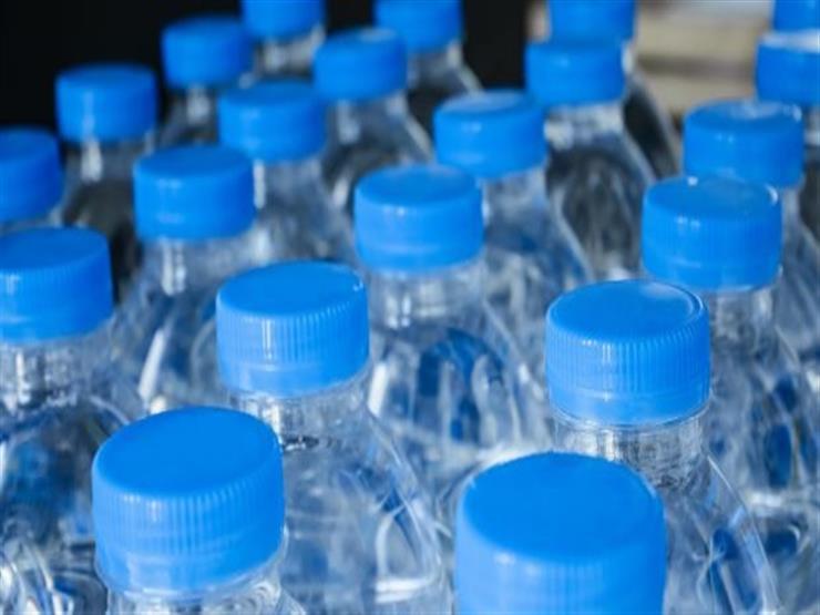 المياه من الزجاجات البلاستيكية