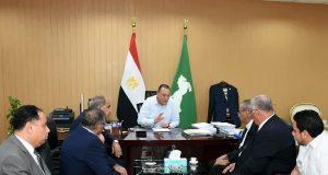 محافظ الشرقية أثناء الاجتماع