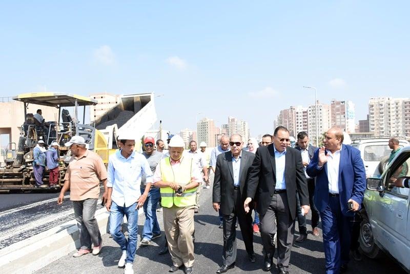 محافظ الشرقية يتفقد أعمال رصف كوبري شرويدة بالزقازيق